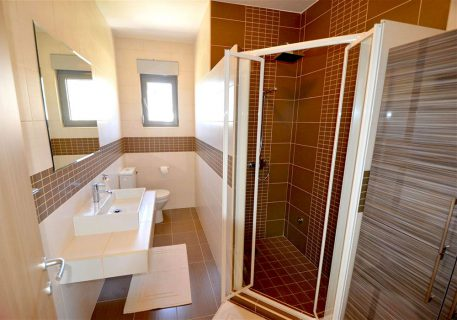 Villa Lule-ensuite bathroom to the Twin room with walk-in shower