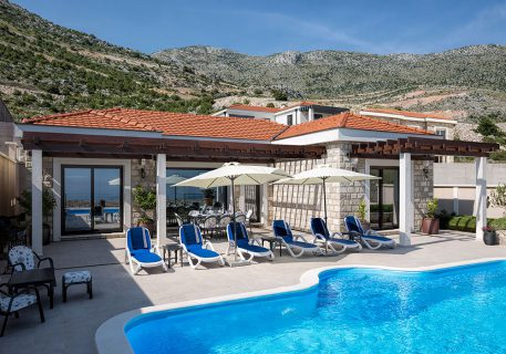 Luxury Villa Queen with 5 star salt-water pool and sun loungers