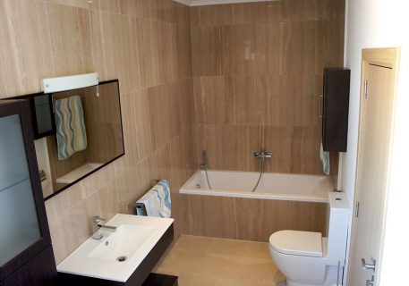 Villa Cruz-ensuite bathroom to the master bedroom