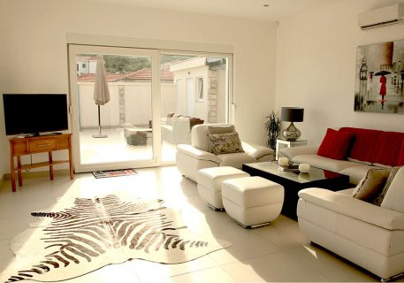 Villa Price-lounge with satellite TV, Wi-Fi, AC and patio doors opening onto the terrace