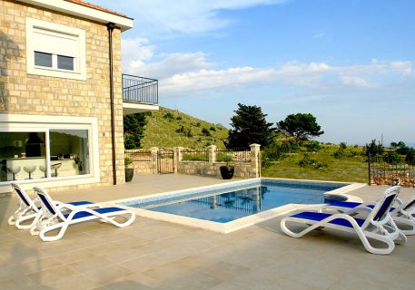 Villa Price-private pool with views over looking the mountains and valley to the Adriatic Sea