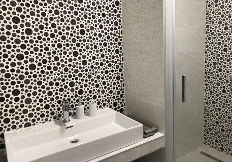 Villa Leni-Quirky en suite bathroom with large walk in shower