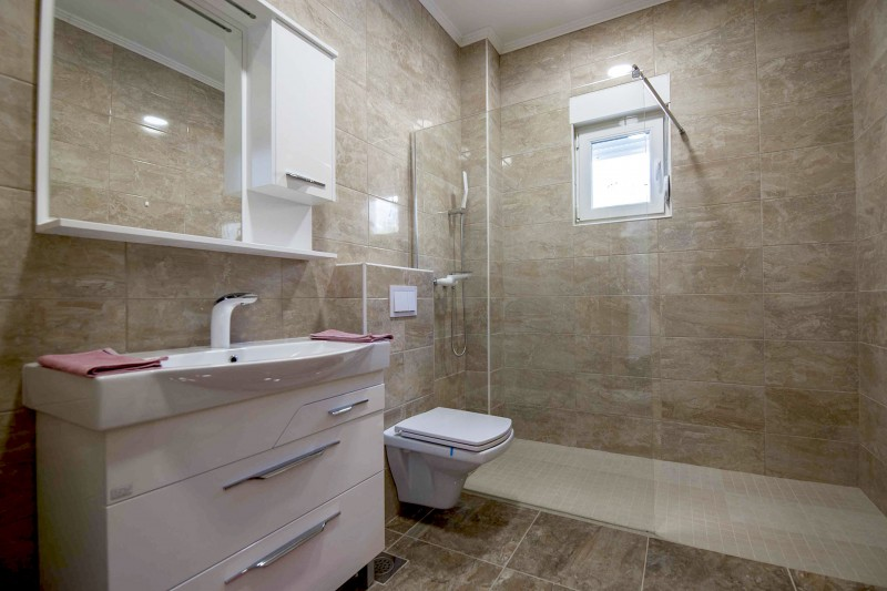 Apartment Alice-An identical family bathroom to the Master room, is located adjacent to the twin bedroom