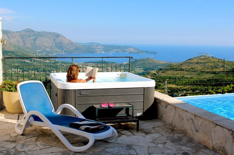 Luxury Apartment Goja-Chilling in the Jacuzzi with view to the Dubrovnik Riviera