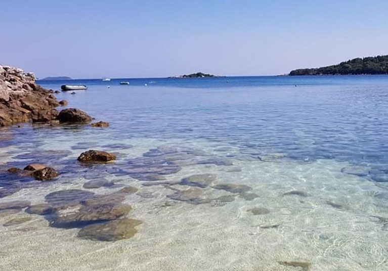Molunat-Crystal clear waters in the bay