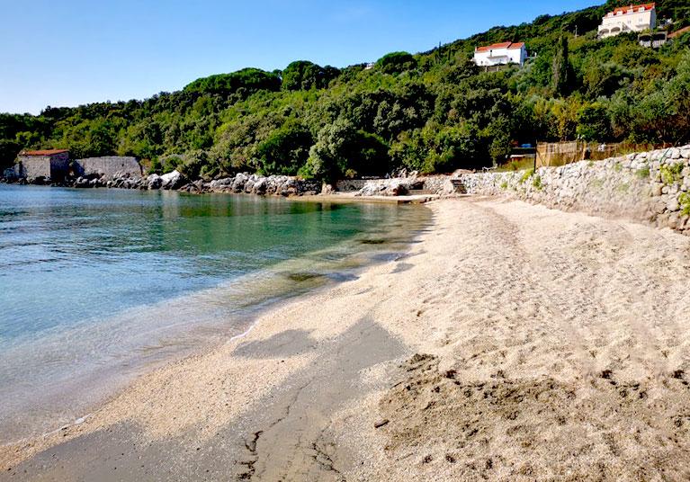 Molunat-Fine shingle and sandy beach