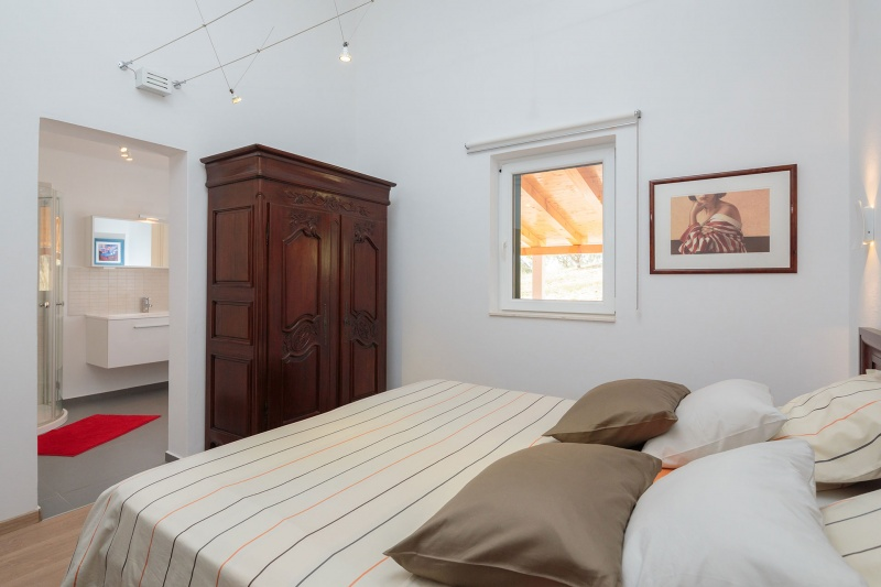 Luxury Villa Zizanj-Quality linens and storage for your comfort